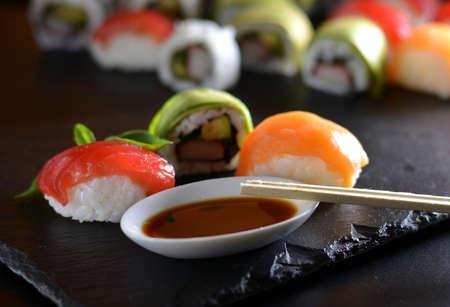 atun rojo: plato con diferentes tipos de sushi, algunos de at�n rojo y otras clases de salm�n