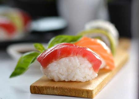 atun rojo: plato con tipos Vaus de sushi, algunos de at�n rojo y otras clases de salm�n