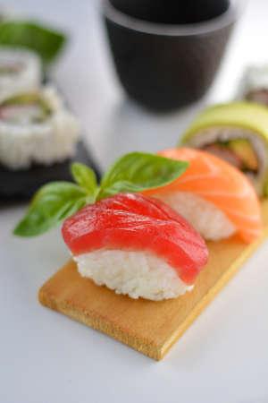 atun rojo: plato con tipos Vaus de sushi, algunos de atún rojo y otras clases de salmón