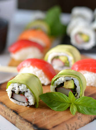 atun rojo: plato con diferentes tipos de sushi, algunos de atún rojo y otras clases de salmón