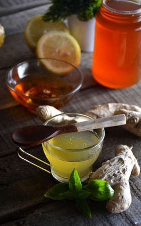 planta con raiz: Honey accompanied by Ginger, lemon and tea
