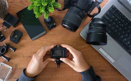 Camera's action with their accessories accompanied of a notebook and a camera reflex Standard-Bild
