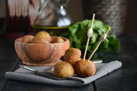 먹을 준비가 나무의 사 발에 대구의 튀김 스톡 콘텐츠