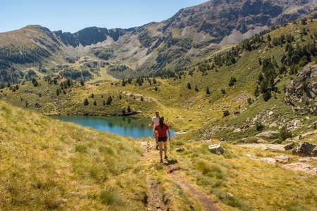 ピレネー山脈の国アンドラに位置する湖とスキーリフト。 写真素材