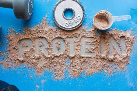 Frullato di proteine del siero di latte al gusto di cioccolato. Alimento base per atleti di fitness