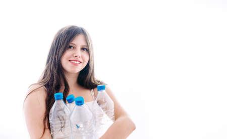 Meisje verzamelt plastic flessen om ze te recyclen