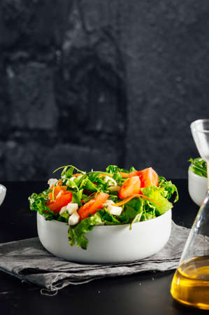 Mixed salad bowl with lettuce, tomato, arugula and mozzarella cheese. (Concept of healthy and organic food) Standard-Bild