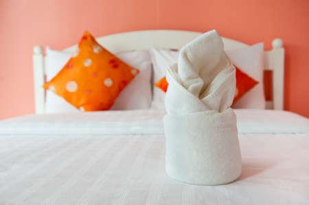 interni casa: Asciugamano in camera da letto Orange - interiori domestici Archivio Fotografico