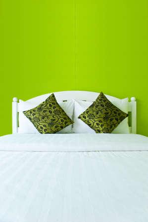 interni casa: Camera da letto verde in una casa moderna - interni casa