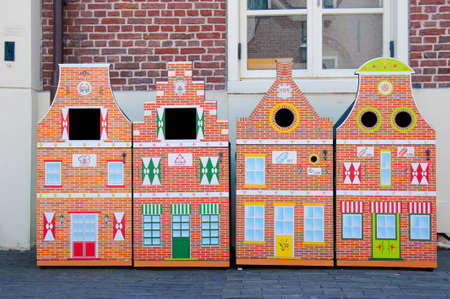 Amsterdam contenedores de la arquitectura t�pica de reciclaje de residuos photo