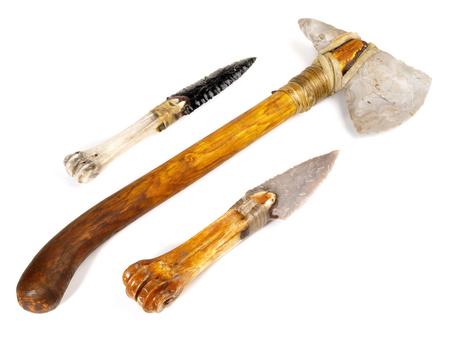 Herramientas de la edad de piedra sobre fondo blanco.
