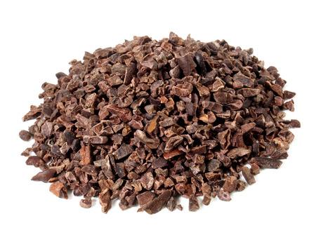 Kakaonibs auf weißem Hintergrund Standard-Bild