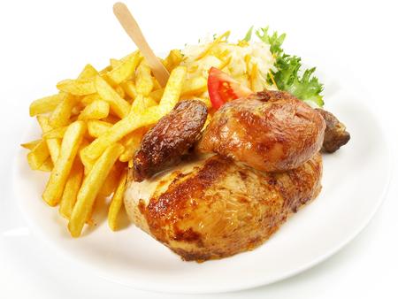 Pollo a la parrilla con papas fritas y ensalada de col Foto de archivo