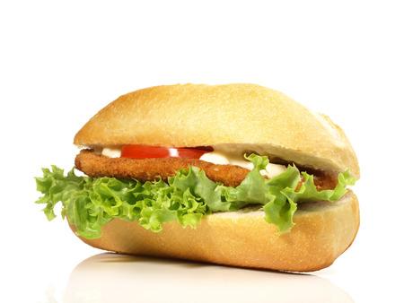 Hühnchen-Sandwich auf weißem Hintergrund