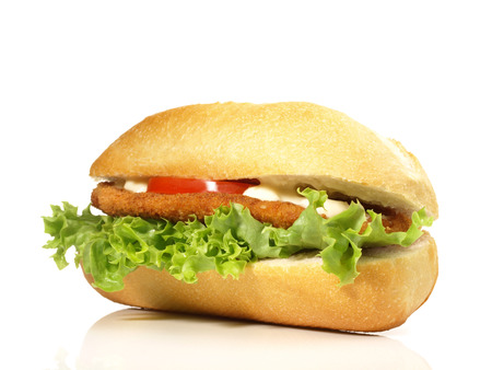 Sandwich au poulet sur fond blanc