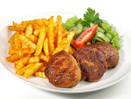 Gegrillte Fleischbällchen mit Pommes Frites Standard-Bild