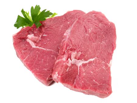 Steaks de boeuf cru sur fond blanc
