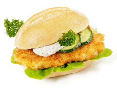 Breaded Schnitzel in a Bun with Sauce and Cucumber Standard-Bild