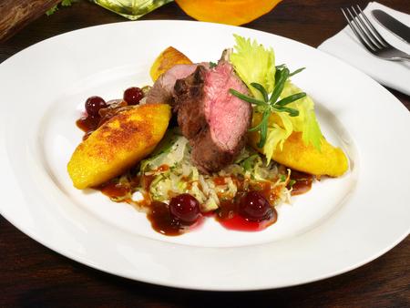 Roe Deer with Vegetables on Cranberry Sauce Standard-Bild
