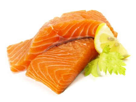 Salmón salvaje - Filete de pescado sobre fondo blanco.