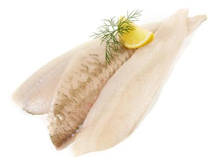 Filets de poisson de plie sur fond blanc