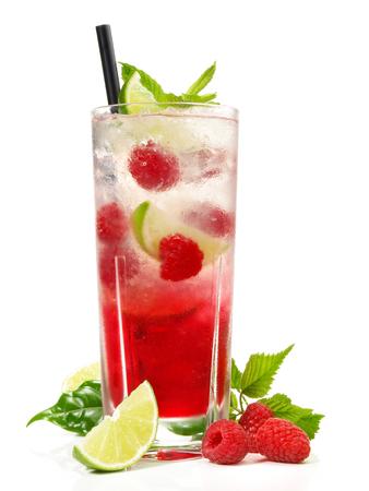 Himbeer-Mojito-Soda-Cocktail auf weißem Hintergrund
