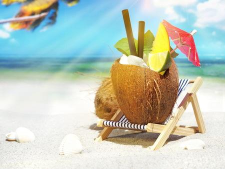 Cóctel de coco en la playa tropical