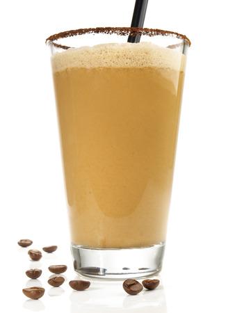Kaffee-Milchshake auf weißem Hintergrund Standard-Bild