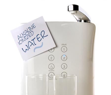 Alkalisch geïoniseerd water op witte achtergrond