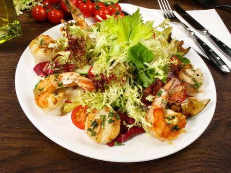 Mixed salad with scallops and tiger prawns 版權商用圖片