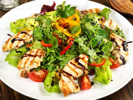 Mixed salad with grilled chicken 版權商用圖片 - 168232619