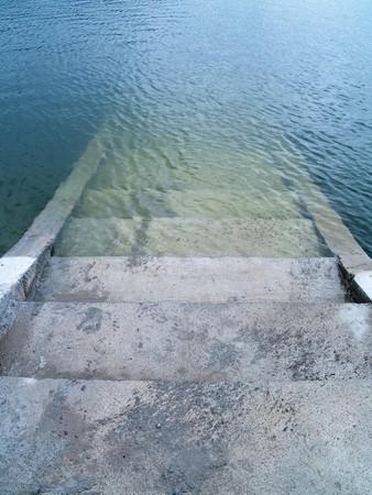 analog�a: Escaleras al mundo escondido debajo del lago