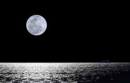noche y luna: Luna llena sobre el agua con agua brillante abstracta y silueta de barco
