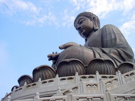 monasteri: Statua di Tian Tan Buddha che si trova nel monastero di Po Lin, Lantau Island, Hong Kong, Cina Archivio Fotografico