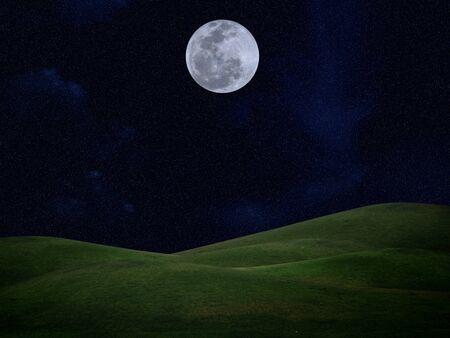 night moon: La luna llena de estrellas y el campo de la colina verde en el cielo las tinieblas