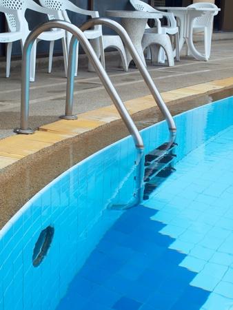 escaleras: Piscina de agua azul en la terraza del condominio