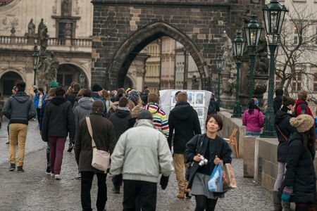 Praga, Rep�blica Checa, 2 de fevereiro de turistas andam na ponte Charles famoso Banco de Imagens