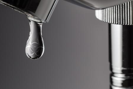 Druppel water met biohazard giftige symbool