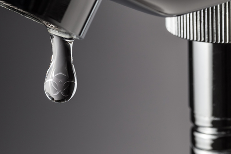 agua grifo: Gota de agua con riesgo biológico símbolo tóxico