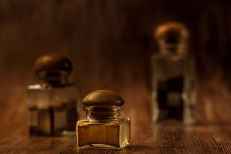 Frascos com especiarias no backround de madeira, extremo close-up