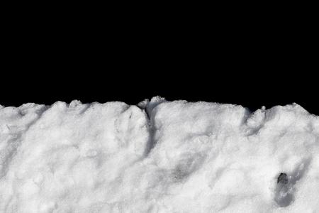 Stapel van de sneeuw die op zwarte achtergrond