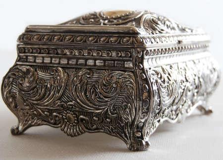 Srebrny starożytnej skrzynkę powrotne na białym tle  Zdjęcie Seryjne
