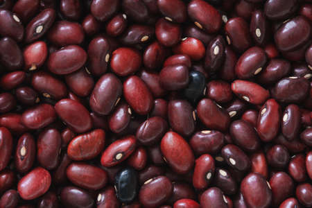 azuki rojos, frijoles rojos, frijoles adzuki, judías azuki, granos, frijoles rojos, frijoles crudos fondo rojo
