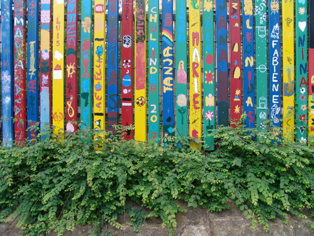 first day of school and my name on a fence 版權商用圖片 - 54845492