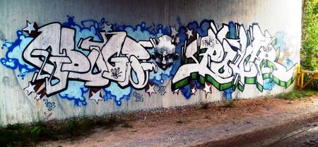 スウェーデンでコンクリートの壁に落書き