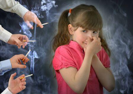 enfant, enfant, respire la fumée de tabac.Fumer, mauvaise habitude, photographie conceptuelle.
