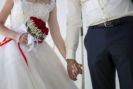 抱いて、彼女の手は、彼女を抱きしめている新郎の花のブーケを持って花嫁のカップルの結婚式。新郎と新婦が一緒に。結婚式のカップル。 写真素材 - 60355099
