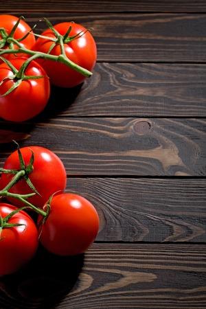 素朴な木製の背景に新鮮なミニトマト。木製のまな板にトマトのテーブルと赤野菜の空き領域。 写真素材 - 60355135