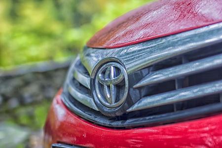赤のトヨタ カローラ トヨタ ディーラーで自動車。販売店のサインは、車のボンネットに反映されます。12 月 27 日バクー (アゼルバイジャン) 写真素材 - 64955297