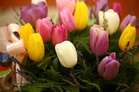 花の束。美しい紫のチューリップの花の背景色。 写真素材 - 75785732
